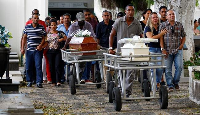 Corpos de baiana de acarajé e filha mortas em Praia do Forte são sepultados - Foto: Fernando Vivas | Ag. A TARDE