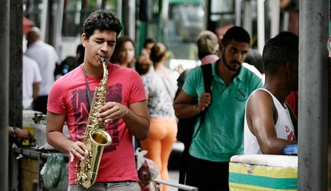 David toca música erudita, hits nacionais e internacionais na Av. Tancredo Neves - Foto: Raul Spinassé l Ag. A TARDE