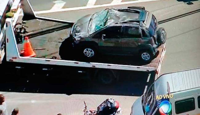 Depois da colisão, o veículo Idea capotou deixando cinco pessoas feridas - Foto: Reprodução | TV Record