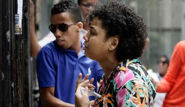 Devidson Pereira e Elisa Calmunges tentaram entrar no Colégio Central, mas foram barrados - Foto: Raul Spinassé | Ag. A TARDE