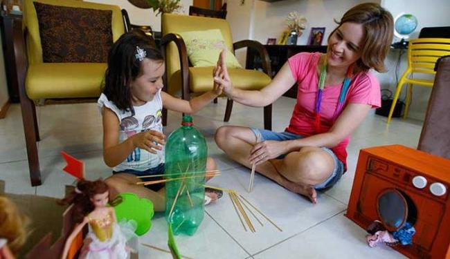 Adreia Paiva, e sua filha Anabella Paiva, produzem em casa brinquedos com material reciclado - Foto: Fernando Amorim| Ag. A TARDE