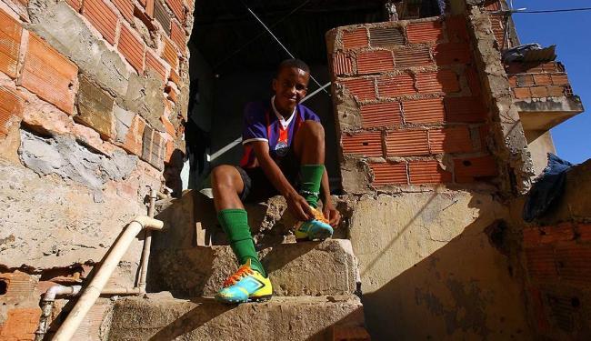 Diogo, em casa, com as chuteiras dois números a menos - Foto: Eduardo Martins | Ag. A TARDE | 15.09.2015