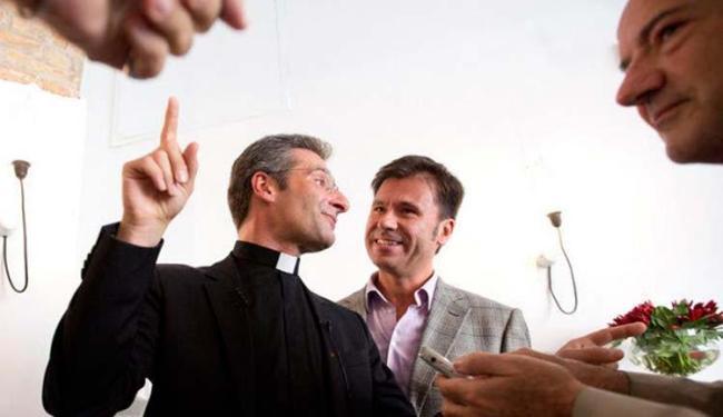 Dom Krzysztof Charamsa (ao centro) ao lado do seu namorado identificado como Eduard - Foto: AP