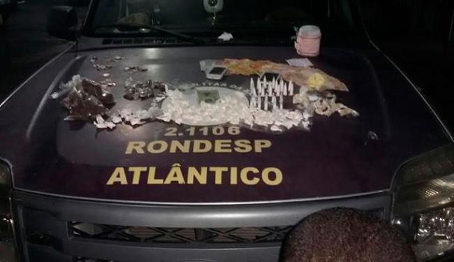 Foram apreendidos crack, cocaína, maconha e a quantia de R$ 990 do comércio de drogas - Foto: Divulgação | PM