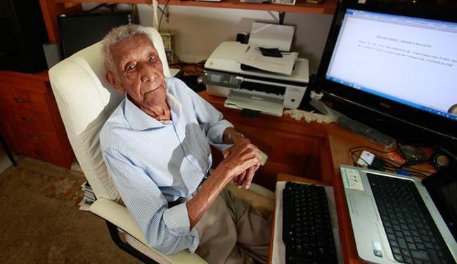 O advogado continuava firme trabalhando - Foto: Fernando Amorim   Ag. A TARDE