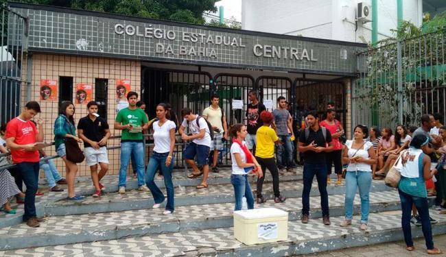 Estudantes já se concentram na frente do Colégio Estadual da Bahia (Central) - Foto: Raul Spinassé | Ag. A TARDE
