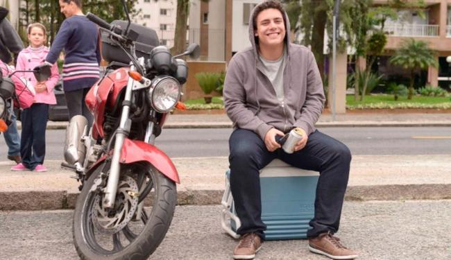José Guilherme levou um isopor e cervejas para assistir os candidatos atrasados - Foto: Reprodução | Lucas Pontes/UOL
