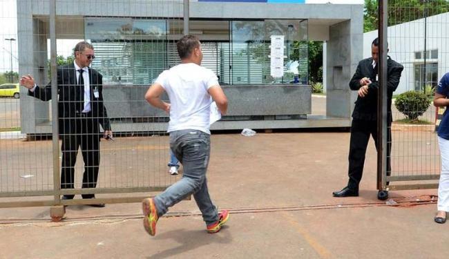 Homem corre para conseguir entrar no local de prova - Foto: Agência Brasil
