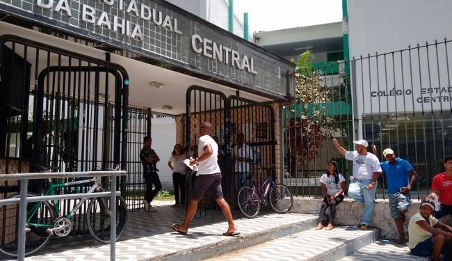 Entrada de candidatos no Colégio Central foi tranquila - Foto: Luciano da Matta | Ag. A TARDE