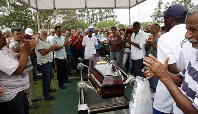 Cerca de 200 pessoas compareceram, nesta terça-feira, ao Cemitério Jardim Celestial - Foto: Luiz Tito l Ag. A TARDE
