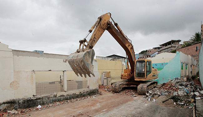 Demolida nesta quarta-feira, escola de Periperi será reconstruída e entregue no final de 2016 - Foto: Luciano da Matta l Ag. A TARDE