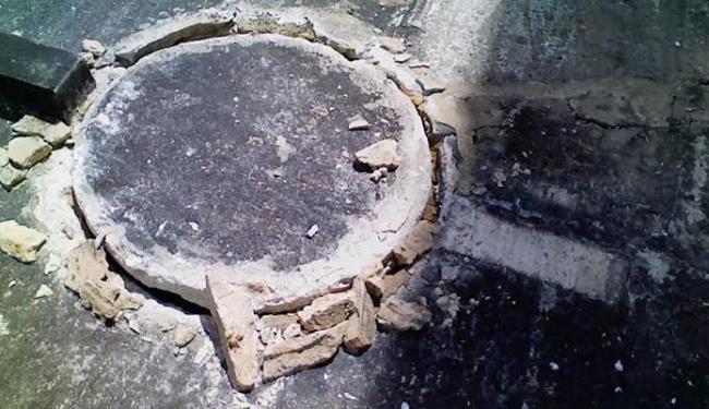 A tampa sem vedação é saída de baratas e ratos, que sobem em prédios - Foto: Reprodução | Inacio Inostroza