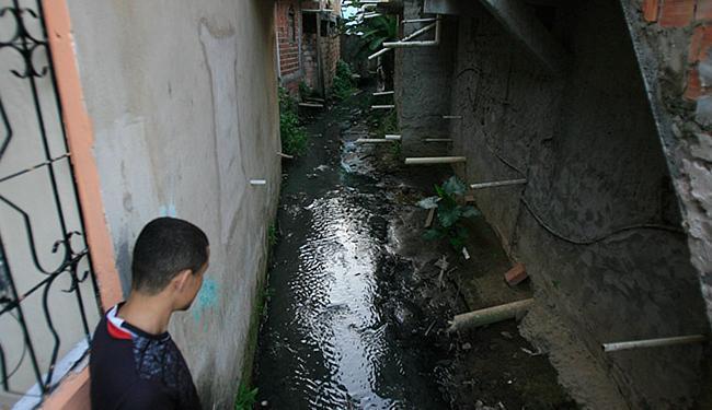 Em comunidade do Saboeiro, rio que corre entre as casas é poluído por dejetos domésticos - Foto: Fernando Amorim l Ag. A TARDE