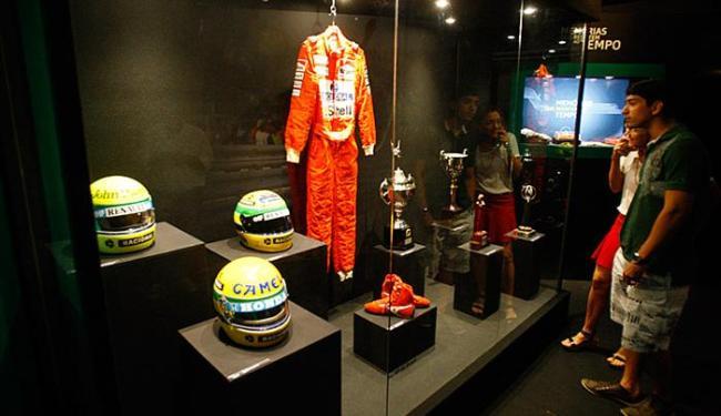 Troféus e capacetes do piloto fazem parte da mostra - Foto: Fernando Amorim l Ag. A TARDE