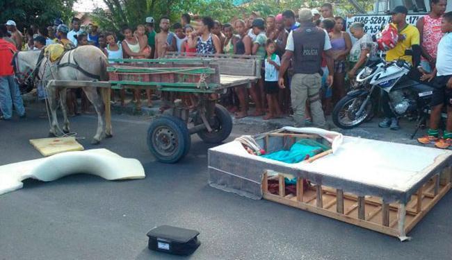 Carroceiro percebeu a presença do corpo, chamou a polícia e alertou os populares que passavam - Foto: Reprodução | Aldo Matos | Acorda Cidade