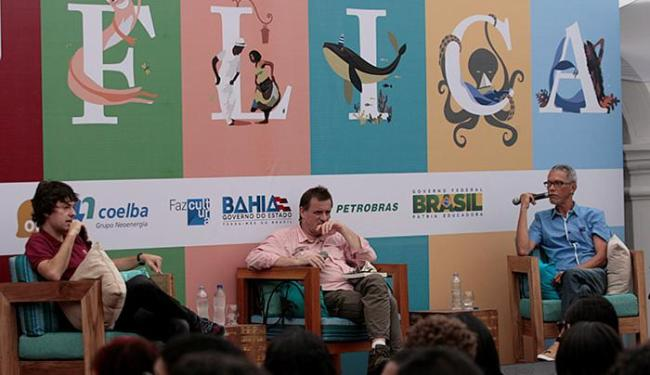 Aurélio Schommer medeia debate entre historiadores Tâmis Parron (E) e Luiz Claudio Dias Nascimento - Foto: Adilton Venegeroles l Ag. A TARDE