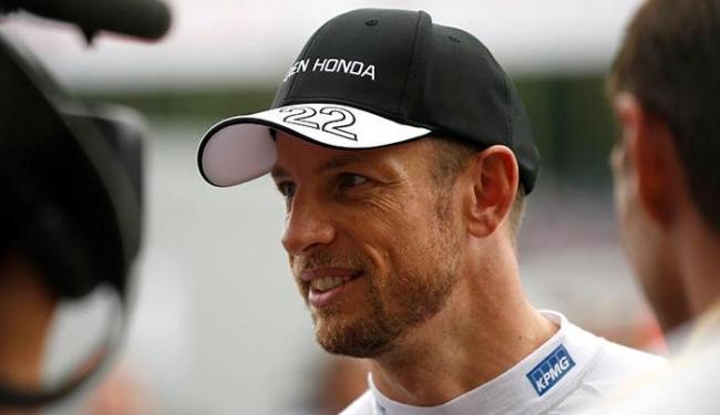 O piloto inglês, campeão mundial em 2009, admitiu que vinha pensando em deixar a categoria - Foto: Toru Hanai | Agência Reuters