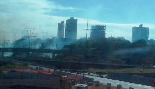 Foto registra fumaça vinda da região da avenida Bonocô - Foto: Foto do leitor | Cidadão Repórter
