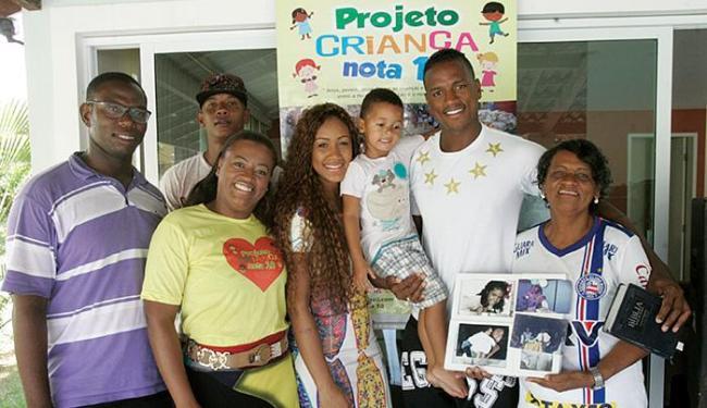 Gabriel Valongo, com a bíblia na mão esquerda, encontrou amparo na fé e na família - Foto: Luciano da Matta l Ag. A TARDE