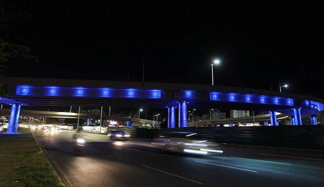 Complexo Viário do Imbuí está iluminado de azul - Foto: Carol Garcia | Divulgação