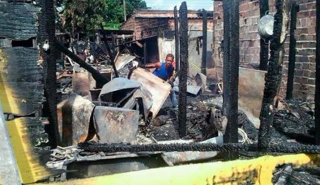Fogo que atingiu os imóveis foi provocado por criminosos - Foto: Joá Souza | Ag. A TARDE