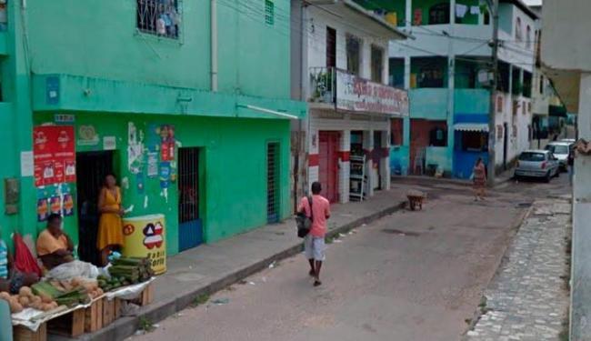 O jovem Bruno foi morto a tiros na noite desta quarta, em Itapuã - Foto: Reprodução   Google Street View