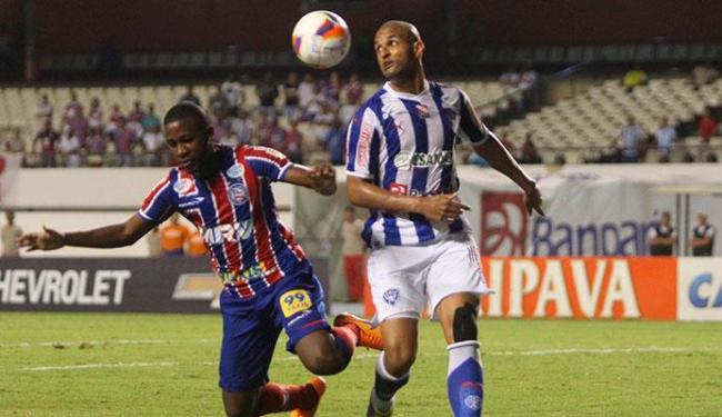 João Paulo Penha, que perdeu três chances de gol, disputa bola com zagueiro do Paysandu - Foto: Folhapress