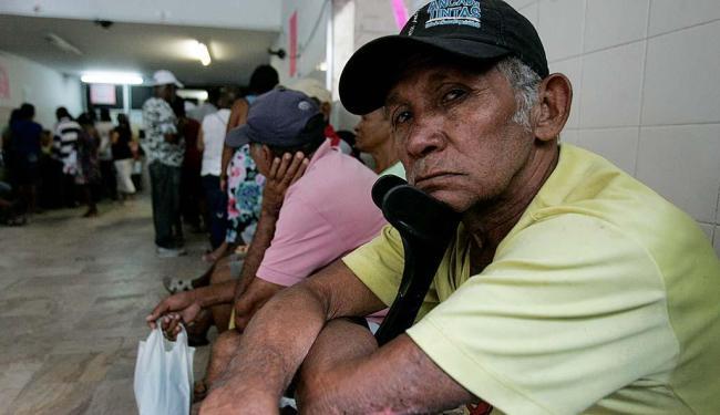 O aposentado José da Silva aguardava na fila para marcar exames - Foto: Edilson Lima   Ag. A TARDE   01.10.2015