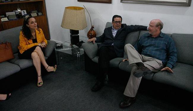Karina Brito e José Carlos Poroca conversaram com André Blumberg (D) - Foto: Fernando Amorim l Ag. A TARDE