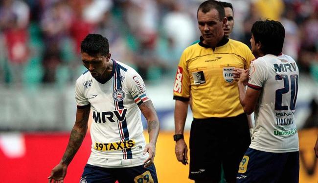 Irritado, Kieza reclama de sua expulsão no Ba-Vi de sábado - Foto: Raul Spinassé | Ag. A TARDE | 03.10.2015