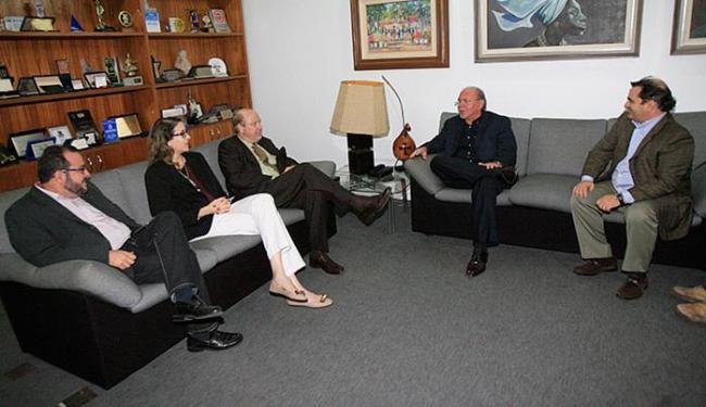 Em visita à sede de A TARDE, o reitor Luiz Brandão (de preto) destacou diferenciais - Foto: Margarida Neide l Ag. A TARDE