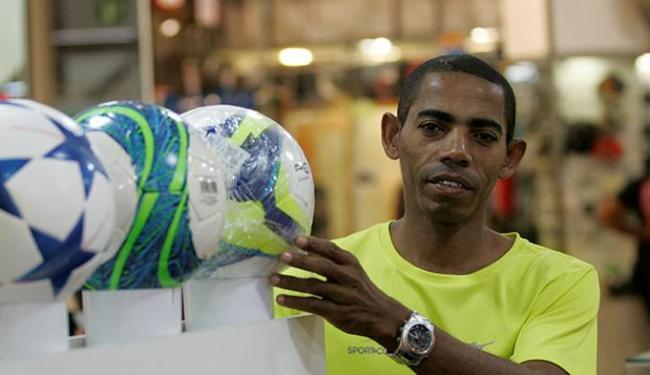 Manoel foi contratado após período de experiência - Foto: Adilton Venegeroles   Ag. A TARDE
