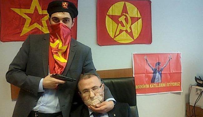 Homem aponta arma para cabeça do promotor Mehmet Selim Kiraz, no Palácio de Justiça Caglayan - Foto: Halkin Sesi TV l Reuters