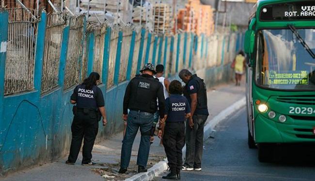 Policias do DHPP e da perícia foram ao local onde o corpo da vítima caiu do ônibus - Foto: Joá Souza l Ag. A TARDE