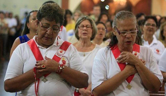 Católicos participaram da novena de Nossa Senhora Aparecida, no Imbuí - Foto: Lúcio Távora l Ag. A TARDE