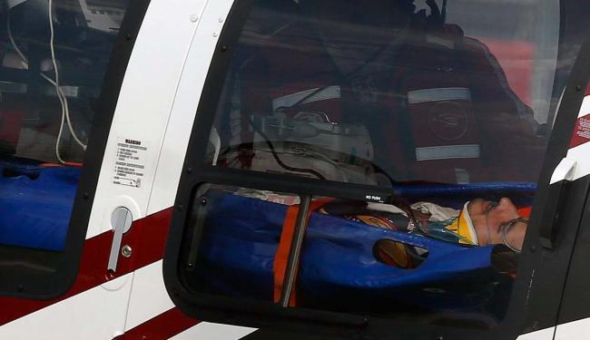 O piloto Carlos Sainz Jr estava consciente ao ser retirado do carro - Foto: Agência Reuters