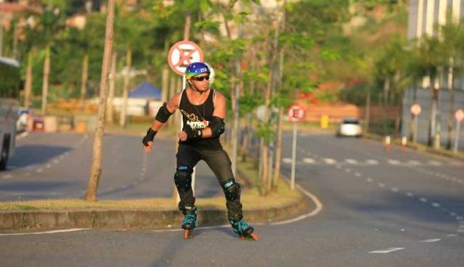 Tiago usa patins para se locomover por toda a cidade - Foto: Adilton Venegeroles | Ag. A TARDE