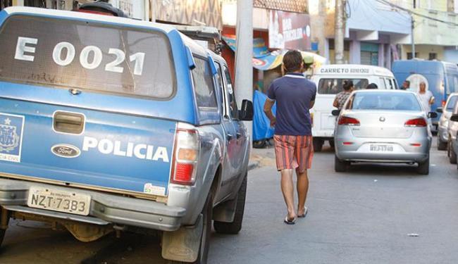 A polícia esteve no Curuzu para investigar o homicídio - Foto: Edilson Lima | Ag. A TARDE