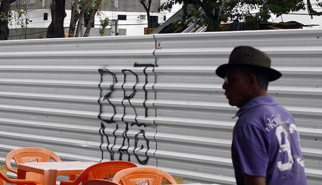 Comerciantes se dizem prejudicados com a situação e querem que a prefeitura se posicione - Foto: Luiz Tito | Ag. A TARDE
