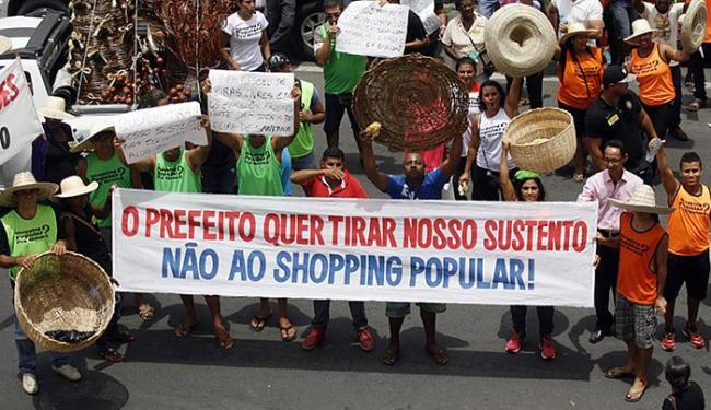 Camelôs e artesãos dizem que o projeto é excludente e cobram decisão da Justiça - Foto: Luiz Tito l Ag. A TARDE