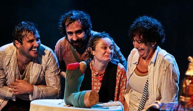 A história de Quincas é narrada por seus quatro amigos na peça - Foto: Rafael Passos | Divulgação