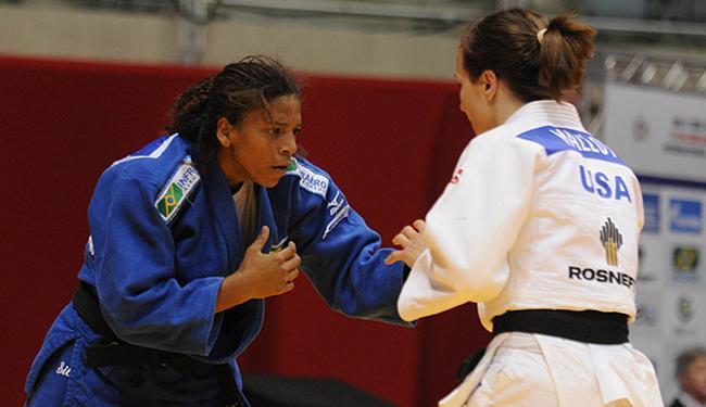 Por conta dos resultados, judoca brasileira (azul) caiu o 12º lugar do ranking mundial - Foto: CBJ l Divulgação