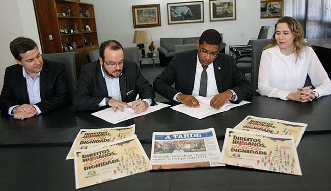 Reitor Maurício Ferreira (de gravata) assinou acordo de apoio e divulgação, em A TARDE, da 18ª Semoc - Foto: Margarida Neide l Ag. A TARDE