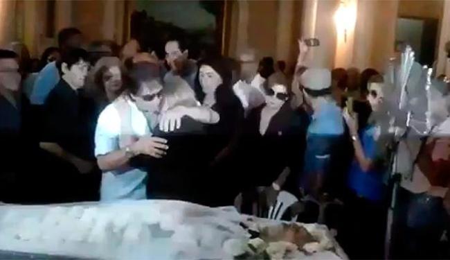 Roberto Carlos consola a viúva de Miele em velório - Foto: Reprodução