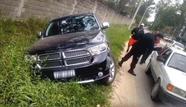 O veículo do jogador saiu da pista e foi parar em uma vala ao lado da rua - Foto: Reprodução