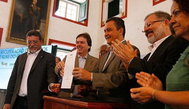 Rui assinou ordem de serviço para início imediato das obras em solenidade na Associação Comercial - Foto: Marco Aurélio Martins l Ag. A TARDE