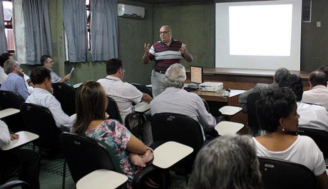 O Secretário Manoel Mendonça (em pé) apresenta projeto: Ceped é fundamental à base tecnológica - Foto: Miguel Azcona l Divulgação