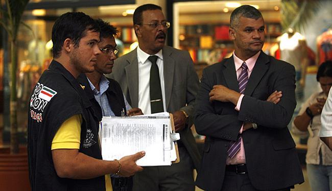Equipe de fiscais ficou de voltar ao centro de compra para monitorar a situação - Foto: Luiz Tito l Ag. A TARDE