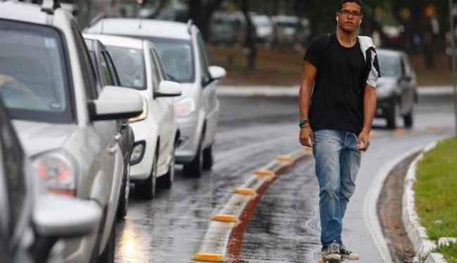Rodrigo Estevão, 19, usa skate para ganhar tempo e cumprir roteiro de trabalho - Foto: Lúcio Távora | Ag. A TARDE