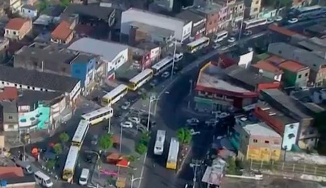 Ônibus trafegam apenas pela direita e param em todos pontos mesmo lotados - Foto: Reprodução | TV Bahia